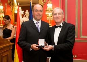 Dr. Villafañe, galardonado con la Medalla de Oro del Foro Europa 2001