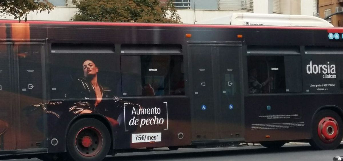 La EMT retira de los autobuses un anuncio de aumento de pecho por considerarlo sexista