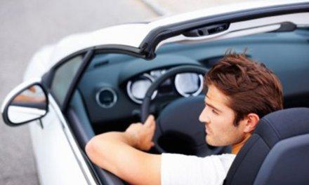 Conducir con el brazo fuera del coche, un riesgo común en vacaciones