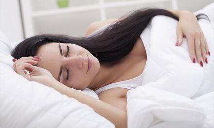 ¿Cómo dormir tras un aumento de pecho?